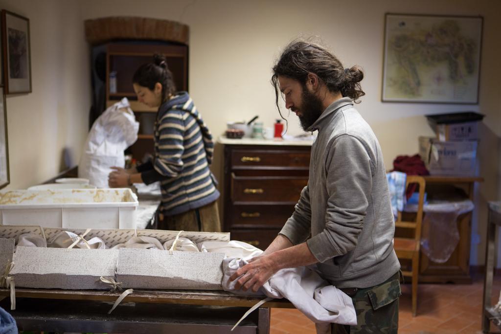 """Mondeggi, marzo 2015. Preparazione del pane per """"Enotica"""" presso il Forte Prenestino."""