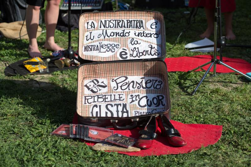 Sant'Apollonia, maggio 2015. La valigia del gruppo De' Soda Sisters. © Federico Barattini